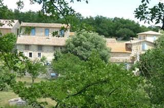 Non loin du village pittoresque de Lussan, au beau milieu des terres agricoles