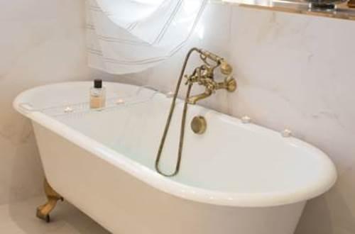 Nuit d'ange d'Uzès - chambre Uriel salle de bains © BEERET Marie-Claude