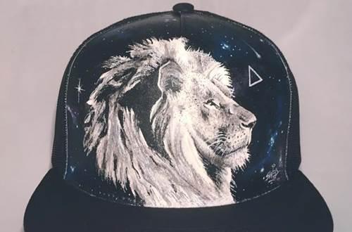 Raisonnable et humain - Galerie artiste peintre - casquette peinte tête de lion © R&H - Swed