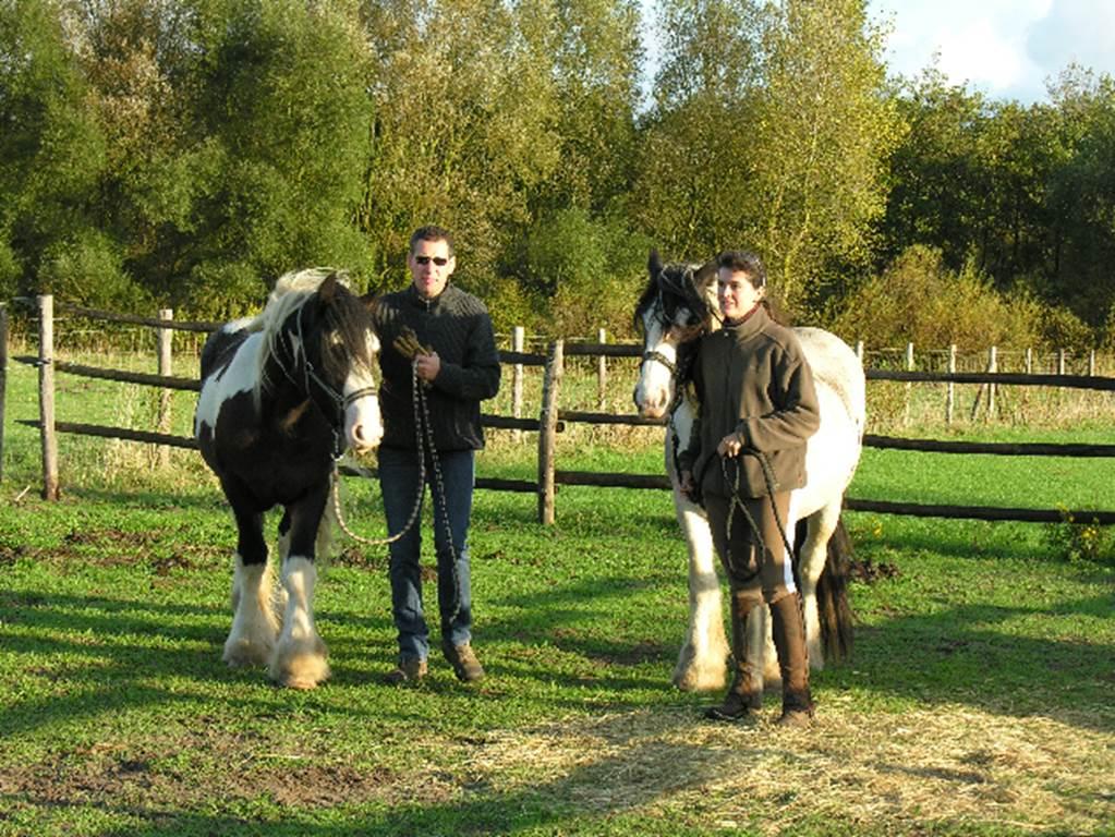 les propriétaires avec leurs chevaux